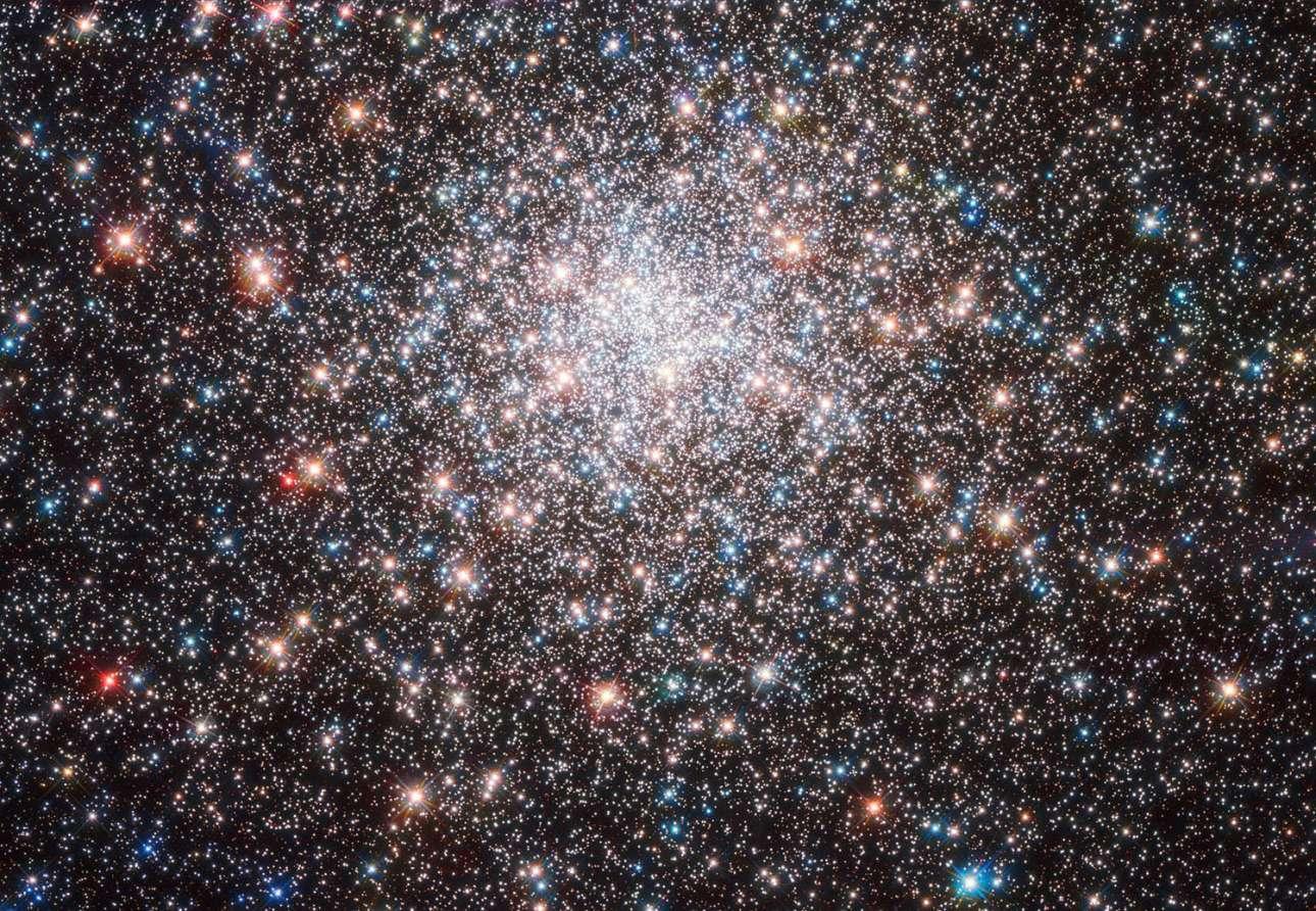 «Το μελίσσι των άστρων». Τα σφαιρωτά ή σφαιρικά σμήνη είναι πυκνές συγκεντρώσεις άστρων οι οποίες έχουν σφαιρικό σχήμα. Ένα από τα πιο εντυπωσιακά είναι το σφαιρικό σμήνος Μ28 που βρίσκεται σε απόσταση περίπου 18 χιλιάδων ετών φωτός από εμάς, στον αστερισμό του Τοξότη. Το σμήνος αυτό διαθέτει περίπου 50 χιλιάδες άστρα και θεωρείται από τα αρχαιότερα αφού έχει ηλικία περίπου 12 δις ετών. Όπως ήταν φυσικό το Hubble δεν θα μπορούσε να μην καταγράψει εντυπωσιακές εικόνες από αυτό το σμήνος.