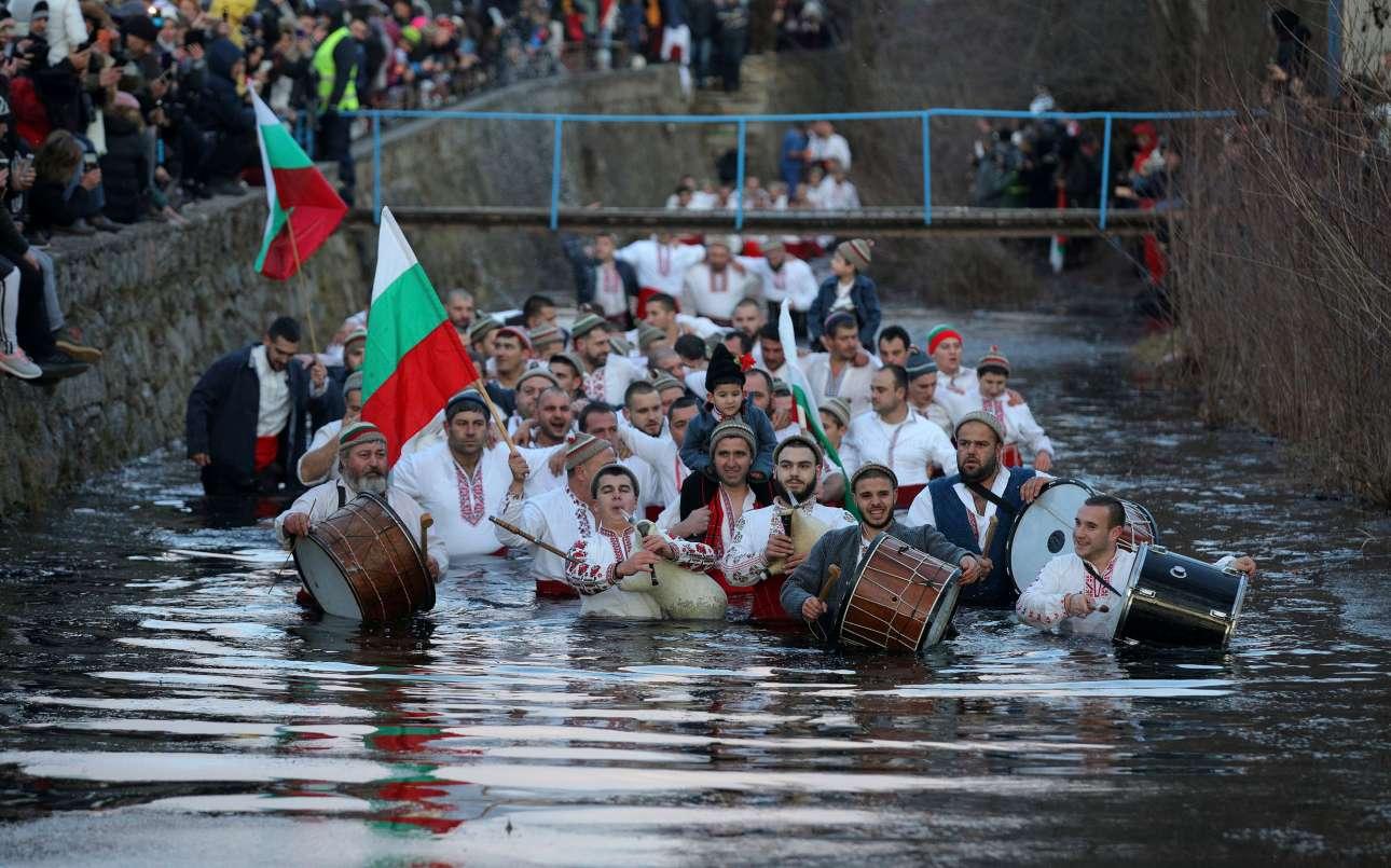 Βουλγαρική πομπή των Θεοφανείων με γκαϊντατζήδες και νταουλιέρηδες μέσα στα κρύα τα νερά