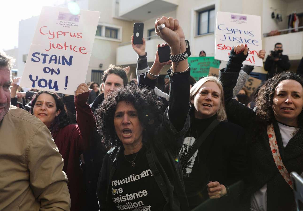 Διαμαρτυρίες στο Παραλίμνι της «ελεύθερης περιοχής Αμμοχώστου» έξω από το δικαστήριο που καταδίκασε νεαρή Βρετανίδα για ψευδή καταγγελία περί ομαδικού βιασμού της