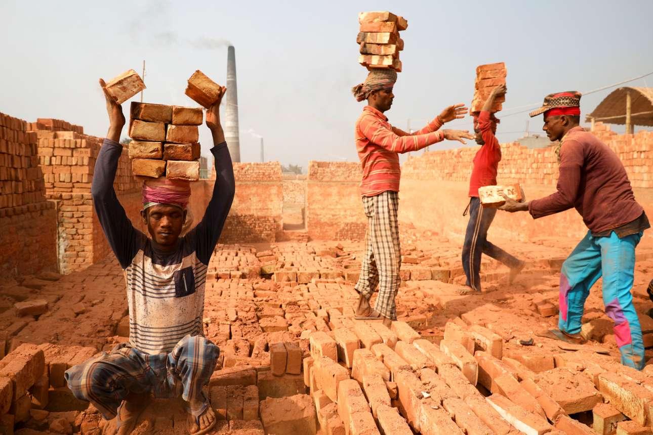 Κεραμιδαριό στο Μπανγκλαντές: η απάνθρωπη δουλειά, αν δεν πέφτει στο δικό σου κεφάλι, βλέπεται και σαν γραφικότητα, αλίμονο