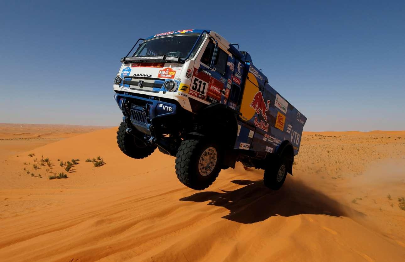 Φορτηγό απογειώνεται περνώντας τον αμμόλοφο κατά τη διάρκεια του Ράλι Ντακάρ που από φέτος διεξάγεται στη Σαουδική Αραβία