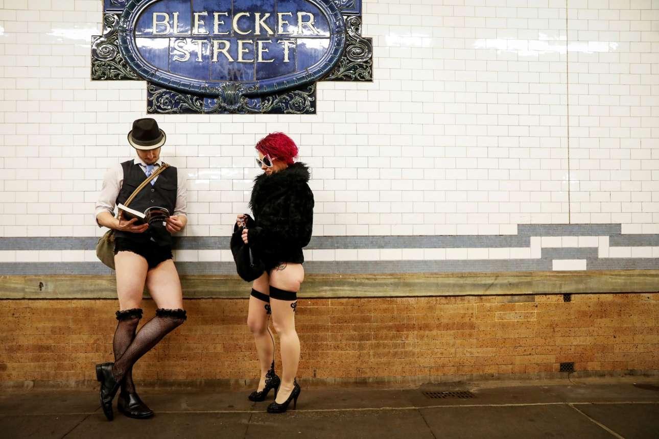 Περιμένουν το τρένο ημίγυμνοι, συμμετέχοντας στο ετήσιο χάπενινγκ «ημέρα χωρίς πανταλόνια στο μετρό» - και αναγκαστικά οι Νεοϋορκέζοι τούς χαζεύουν