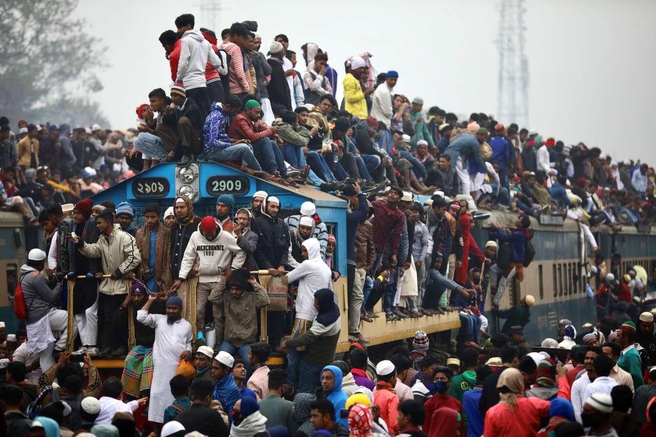 «Πατείς με, πατώ σε» στο τρένο του Μπανγκλαντές: οι μουσουλμάνοι επιστρέφουν μαζικά στην Ντάκα από το προσκύνημά τους