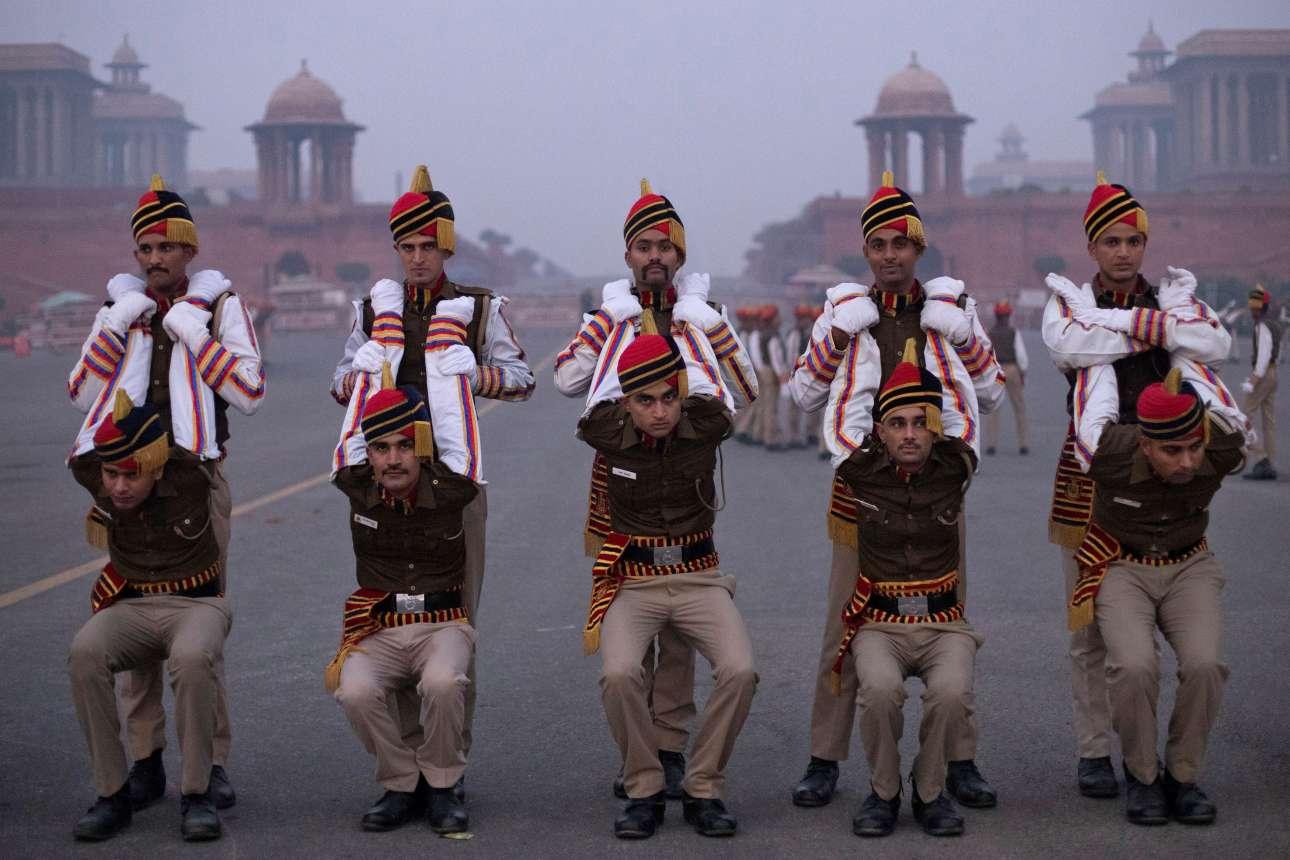 Γυμναστικές επιδείξεις από την Αστυνομία του Νέου Δελχί κατά τη διάρκεια της παρέλασης για την Ημέρα της Δημοκρατίας