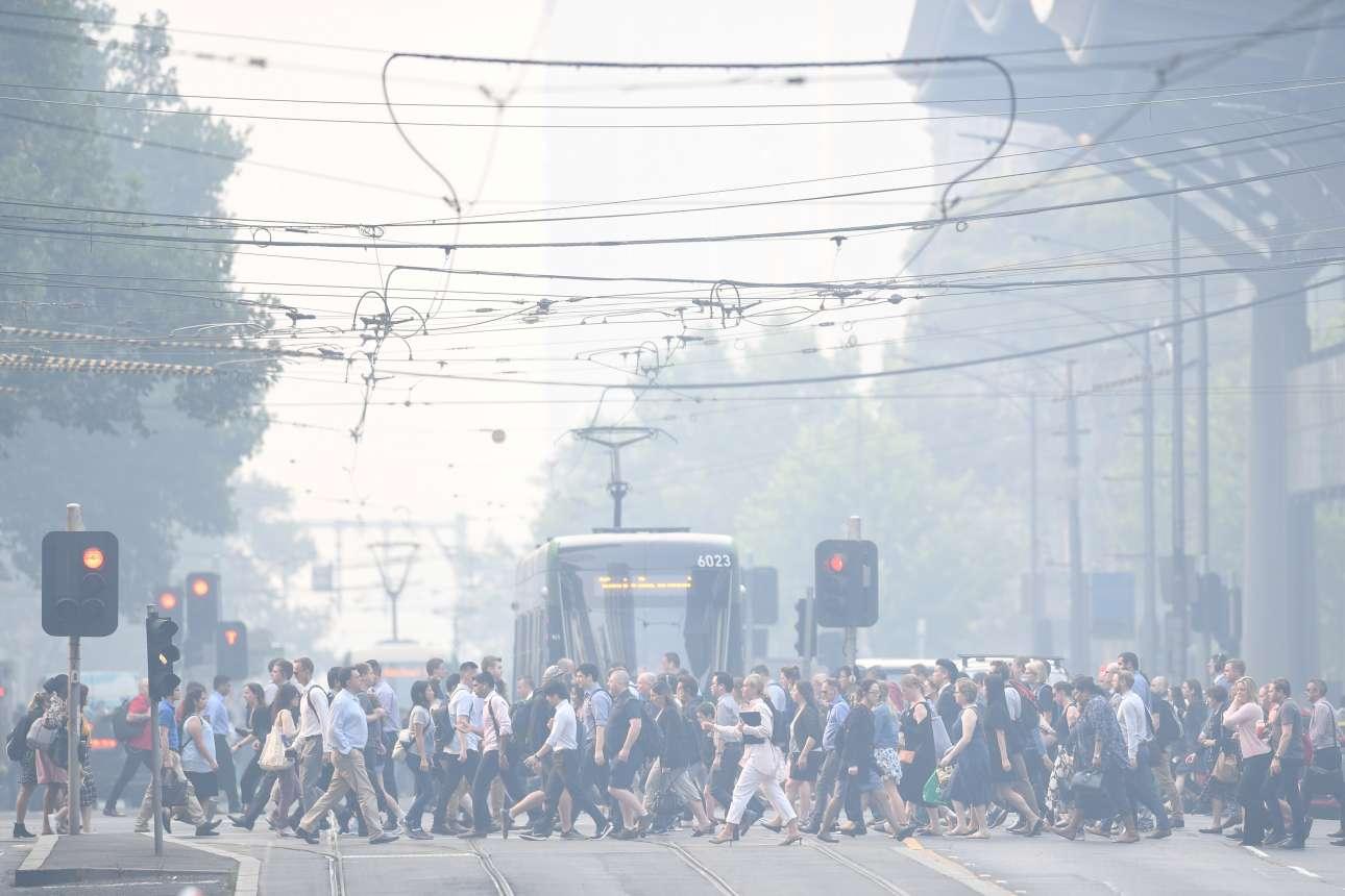 Εξαιτίας των πυρκαγιών, η Μελβούρνη πνίγεται στην καπνιά και στην αιθαλομίχλη