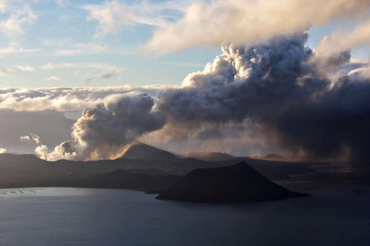 To ηφαίστειο Τάαλ έχει εκραγεί και καλύπτει με καπνούς και τέφρα τον ορίζοντα στις Φιλιππίνες