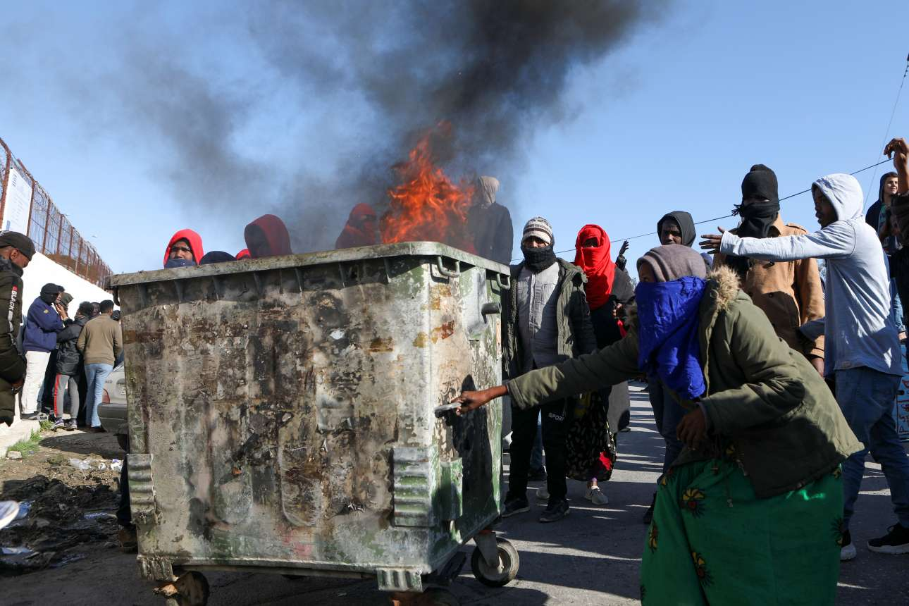 Μετανάστες στη Μόρια της Λέσβου καίνε σκουπίδια διαμαρτυρόμενοι για τον φόνο ενός 20χρονου Αραβα από μαχαιριά αγνώστου δράστη