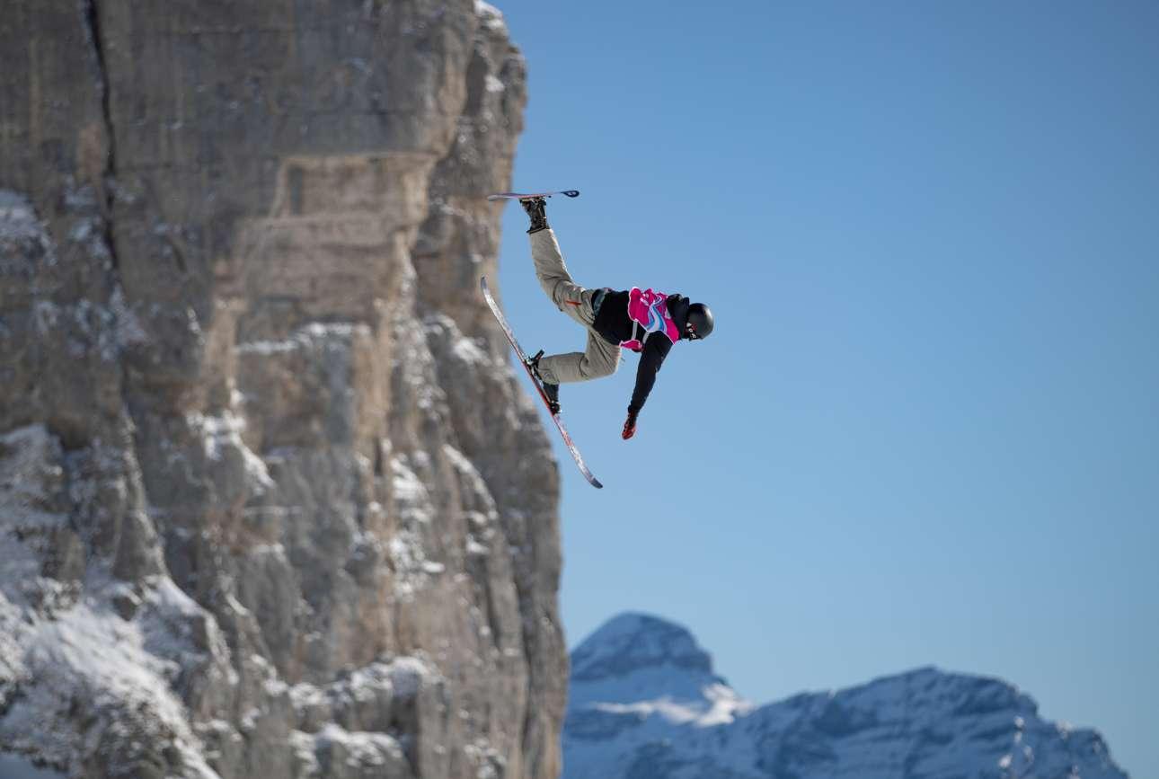 Μοιάζει να κατεβαίνει το απόκρημνο βουνό, είναι όμως μια απλή... φιγούρα για τον αυστριακό σκιέρ Ντάνιελ Μπάχερ που αγωνίζεται στους Χειμερινούς Ολυμπιακούς Νέων στην Ελβετία