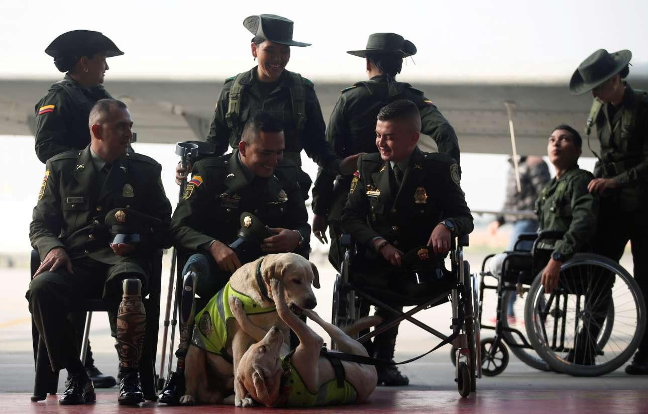 Μπογκοτά, Κολομβία: συνάθροιση ηρωικών αστυνομικών της δίωξης ναρκωτικών, μετά των σκύλων τους, με σκοπό τη προϋπάντηση του αμερικανού υπουργού Εξωτερικών Μάικ Πομπέο