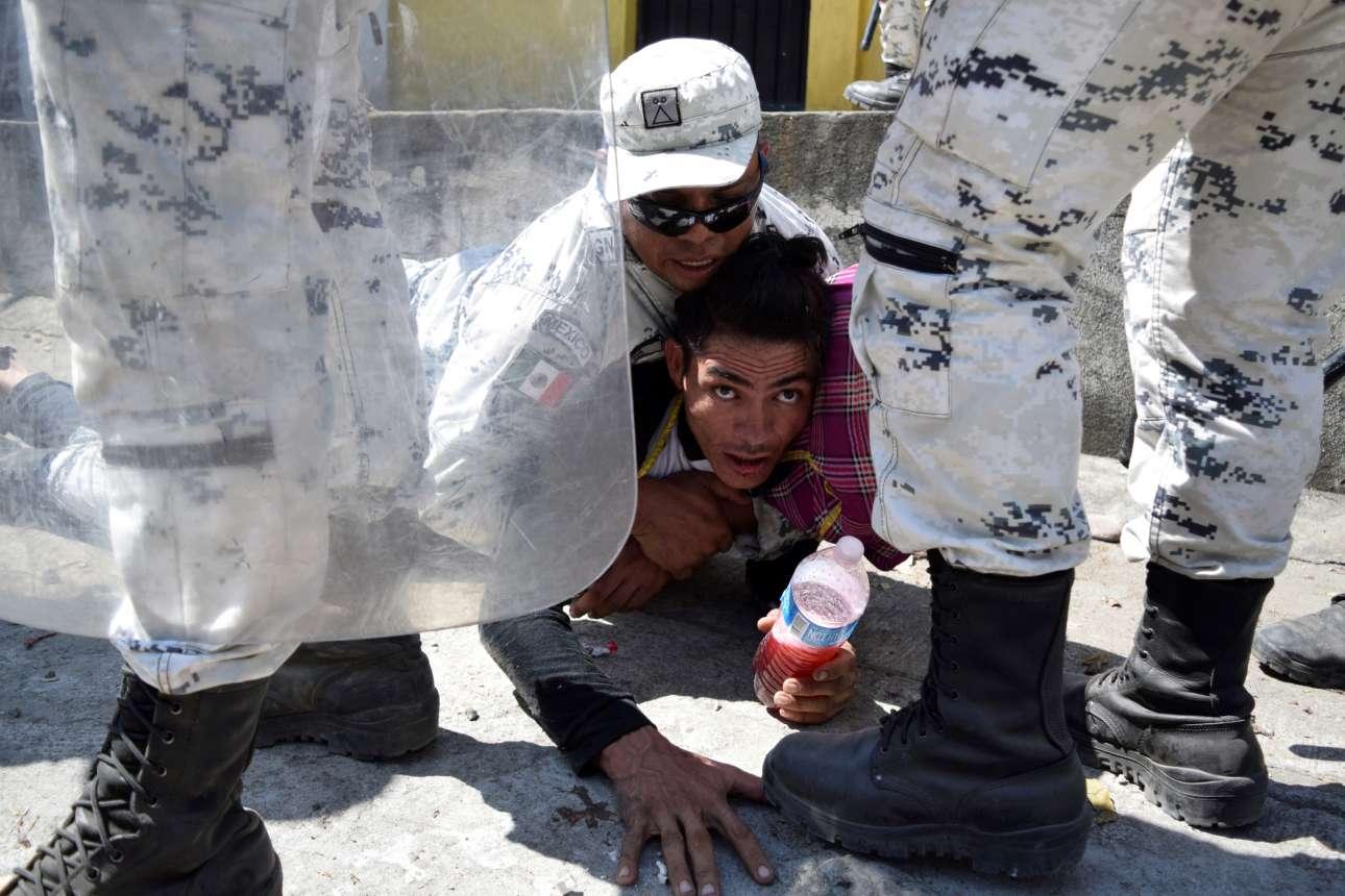 Σύνορα Μεξικού - Γουατεμάλας: μεξικανός συνοριοφύλακας επιχειρεί κεφαλοκλείδωμα σε κάποιον μετανάστη που το 'βαλε σκοπό να πάει στις ΗΠΑ