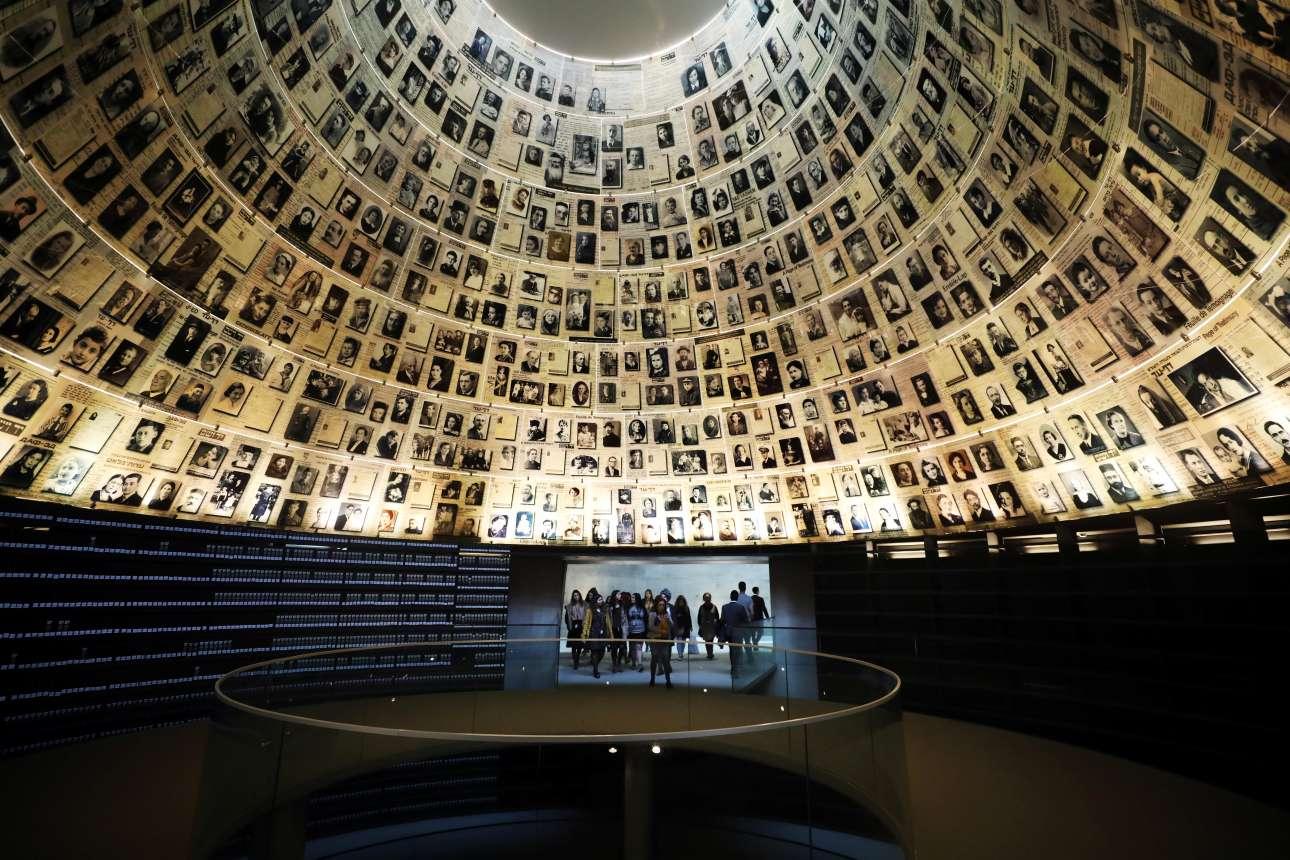 Επισκέπτες εισέρχονται ατην «αίθουσα τον ονομάτων» στο Μουσείο για το Ολοκαύτωμα, εκεί όπου εκτίθενται φωτογραφίες εβραίων που θανατώθηκαν στον Β'ΠΠ