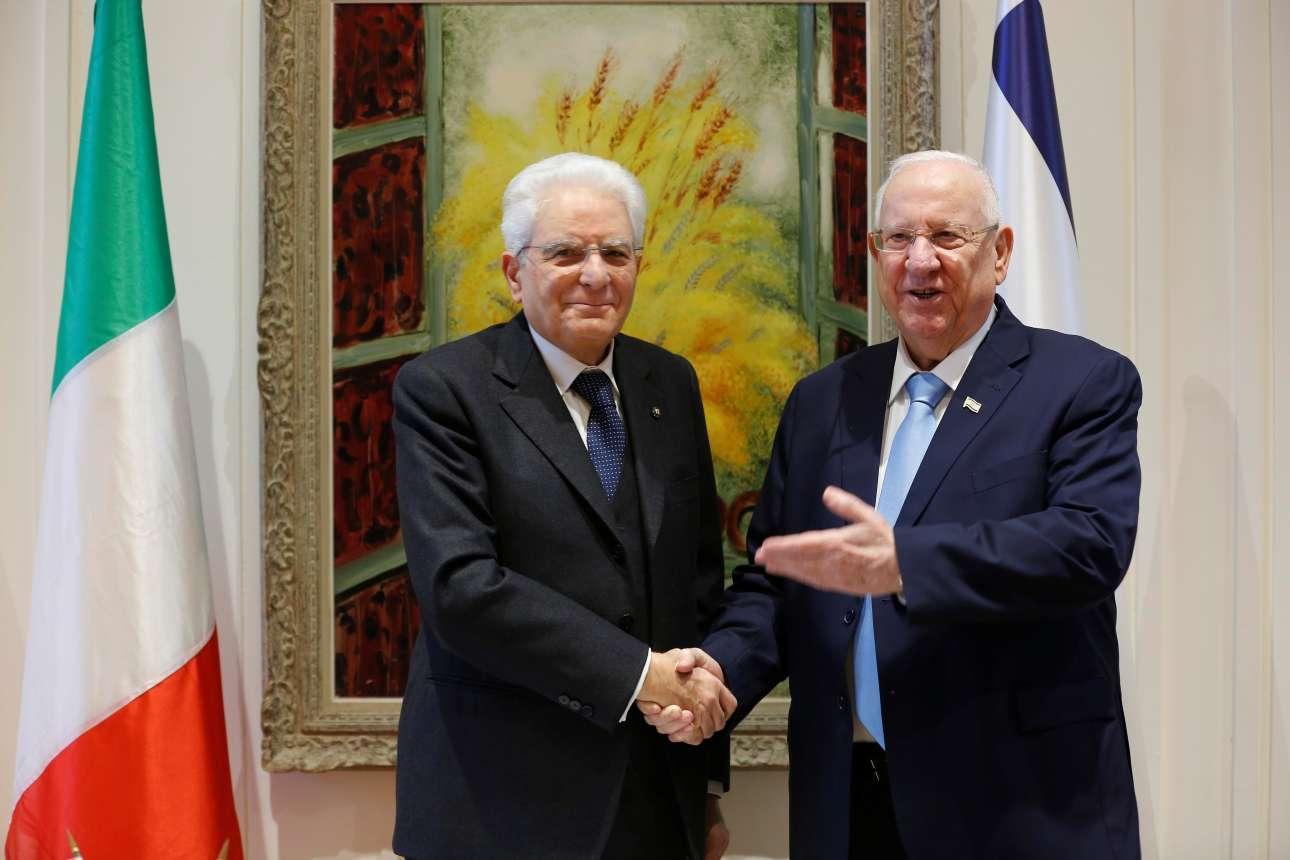 Ο ισραηλινός πρόεδρος Ρεουβέν Ριβλίν (δεξιά) ανταλλάσσει χειραψία με τον ιταλό ομόλογό του Σέρτζο Ματαρέλα