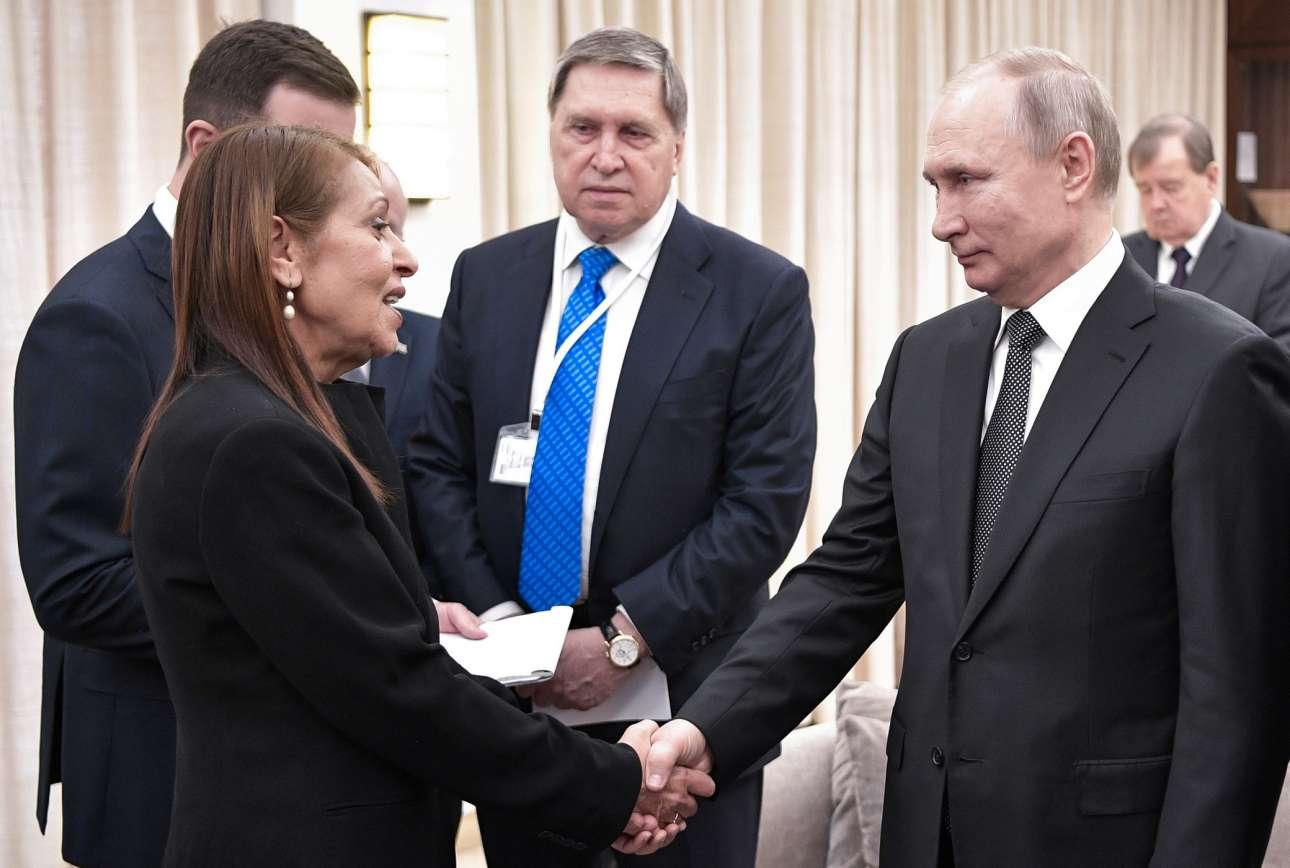 O Βλαντίμιρ Πούτιν ανταλλάσσει χειραψία με την Γιάφα Ισαχαρ της οποίας η κόρη Ναάμα κρατείται στη Ρωσία με κατηγορίες περί ναρκωτικών