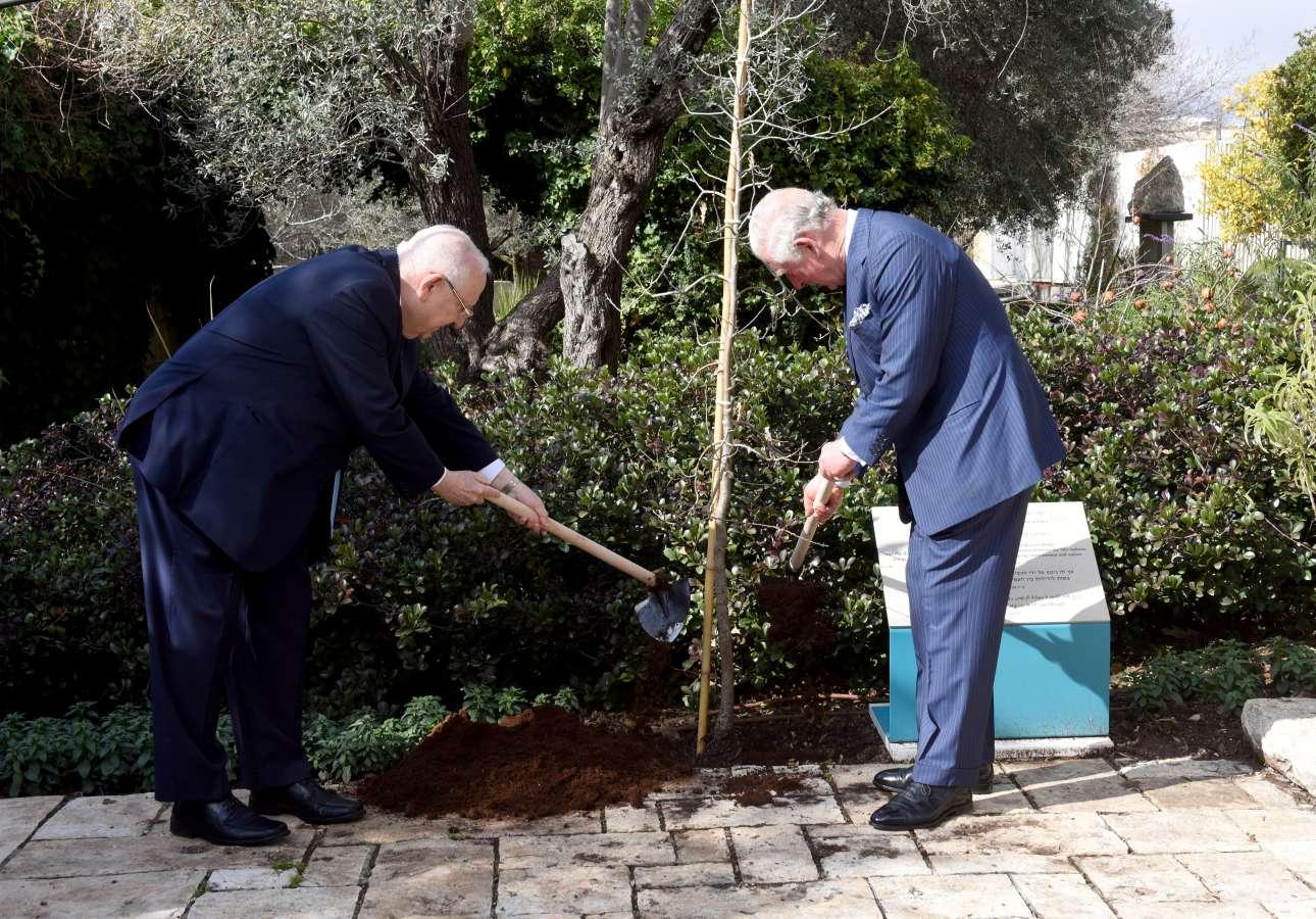 Ο πρίγκιπας Κάρολος και ο πρόεδρος Ριβλίν κάνουν δεντροφύτευση