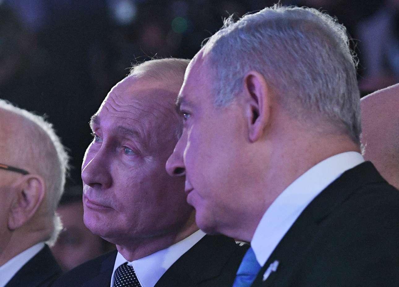 Ο ισραηλινός πρωθυπουργός Μπενιαμίν «Μπίμπι» Νετανιάχου (δεξιά) και ο ρώσος πρόεδρος Βλαντίμιρ Πούτιν παρακολουθούν εκδήλωση αφιερωμένη στα θύματα της πολιορκίας του Λένινγκραντ από τον γερμανικό στρατό στον Β'ΠΠ