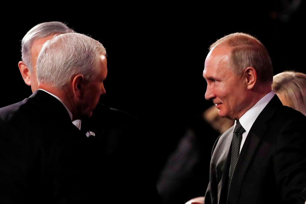 O αντιπρόεδρος τον ΗΠΑ Μάικ Πενς (αριστερά) συνομιλεί με τον Βλαντίμιρ Πούτιν