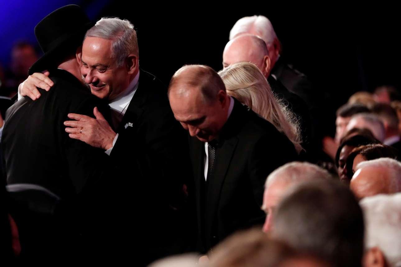 Ο Νετανιάχου σε θερμό εναγκαλισμό με τον επικεφαλής του Μουσείου για το Ολοκαύτωμα, με τον Πούτιν να στέκεται κοντά τους
