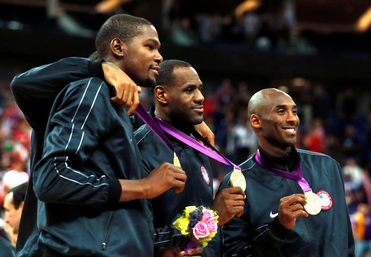 Ιούλιος 2012, Λονδίνο. Με τον Κέβιν Ντουράντ και τον Λεμπρόν Τζέιμς ποζάρουν με το χρυσό μετάλλιο στους Ολυμπιακούς Αγώνες
