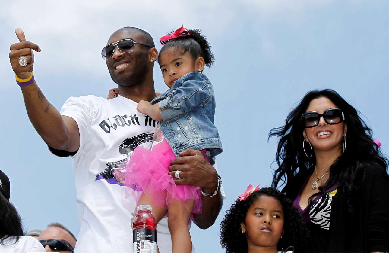 2010: Ο Κόμπι Μπράιαντ κρατά στην αγκαλιά του την GiGi – δίπλα του η Βανέσα με την άλλη κόρη τους, Νατάλια (Reuters)