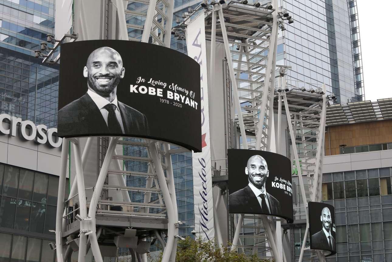 Οι οθόνες έξω από το γήπεδο Staples Center των Λέικερς, στο Λος Αντζελες, τιμούν τον μπασκετμπολίστα-θρύλο