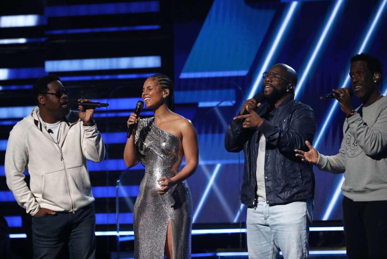 Η Αλίσια Κις και οι Boyz II Men τραγουδούν προς τιμήν του Κόμι Μπράιαντ, στην έναρξη βραβείων Grammy, στο Staples Center