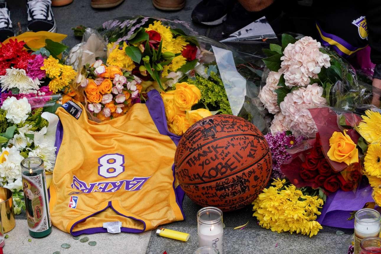 Η φανέλα με το νούμερο 8 που φορούσε ο Κόμπι Μπράιαντ στο πρώτο μισό της καριέρας του, μαζί με λουλούδια και μία μπάλα του μπάσκετ, προς τιμήν του, στην πλατεία Microsoft, έξω από το γήπεδο Staples Center