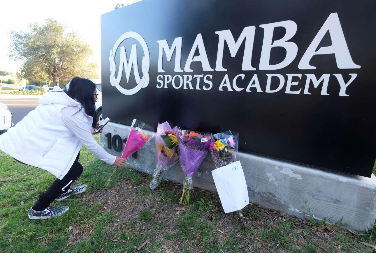 Ενα μπουκέτο έξω από την αθλητική ακαδημία Mamba, που είχε ιδρύσει ο Κόμπι Μπράιαν, στο Θάουζεντ Οουκς της Νότιας Καλιφόρνιας. Εκεί επρόκειτο να πάνε μαζί με τη 13χρονη κόρη του, αλλά το ελικόπτερο συνετρίβη...