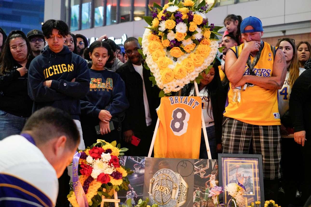 Ανθρωποι κάθε ηλικίας και φυλής θρηνούν τον Κόμπι Μπράιαν έξω από το γήπεδο των Λος Αντζελες Λέικερς