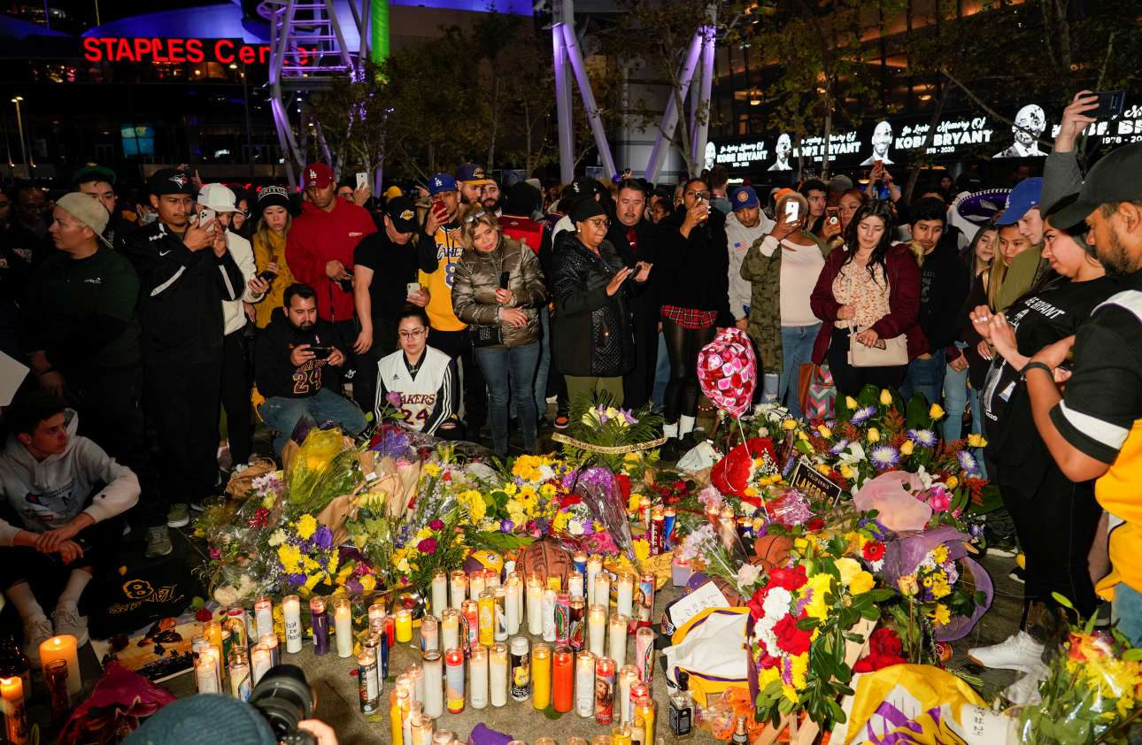 Λουλούδια, κεριά και δάκρυα έξω από το γήπεδο των Λέικερς