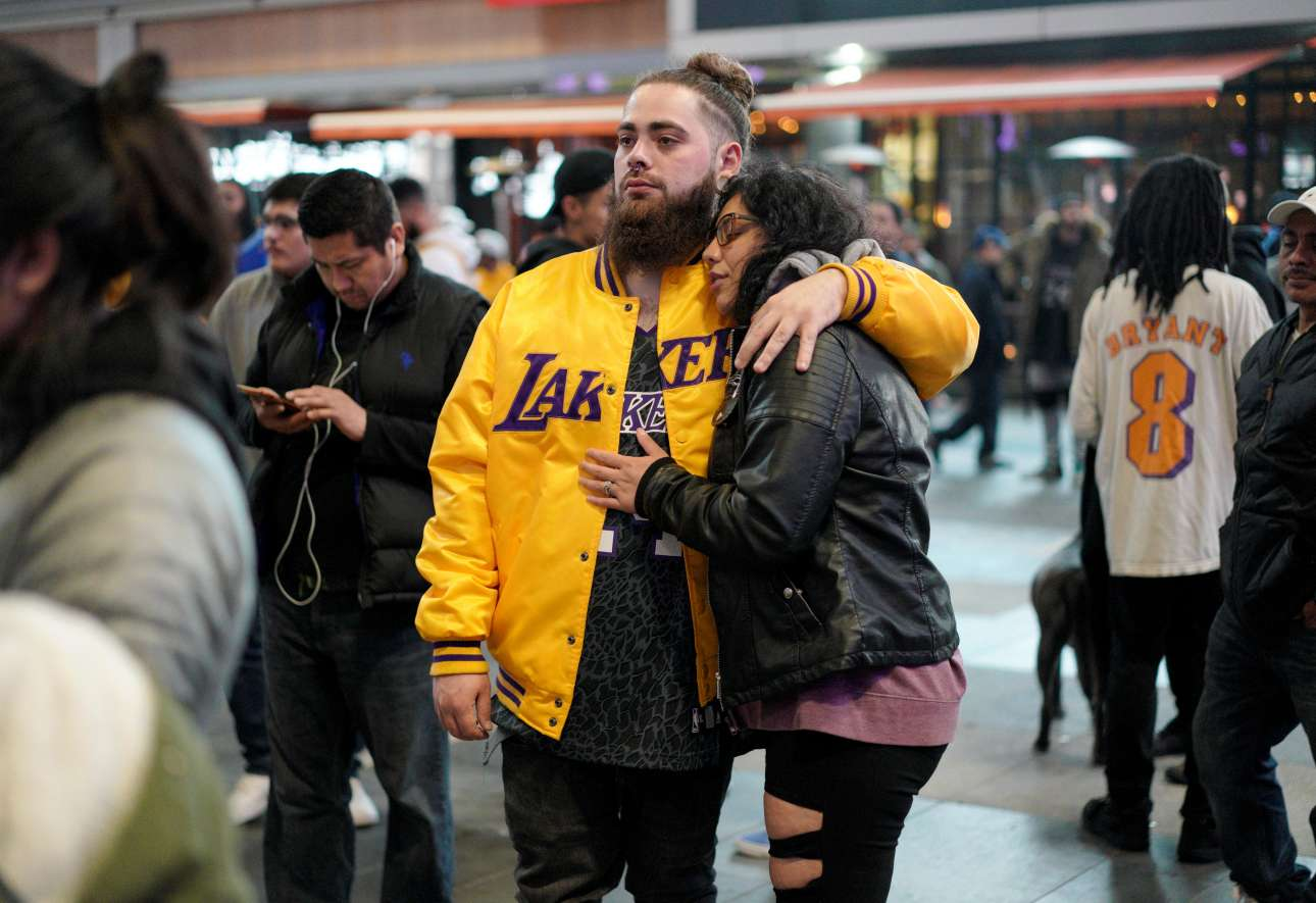 Ενα ζευγάρι θρηνεί τον αγαπημένο του μπασκετμπολίστα