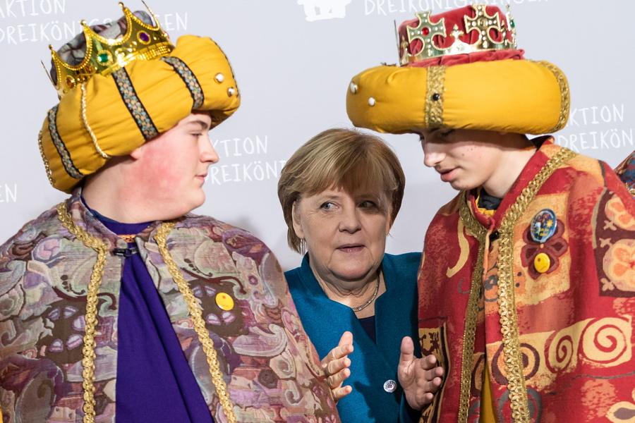 Τρεις Μάγοι πήγαν στην καγκελαρία: ένας ασχολήθηκε με τη συλλογή δωρεών για φιλανθρωπίες και οι άλλοι δυο φωτογραφήθηκαν με την Ανγκελα Μέρκελ