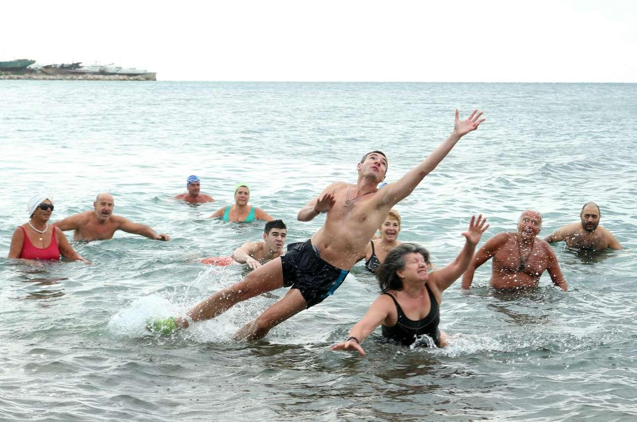 Θεοφάνεια 2020 στο Παλαιό Φάληρο: χειμερινοί κολυμβητές «πιάνουν τον Σταυρό» στον Μπάτη