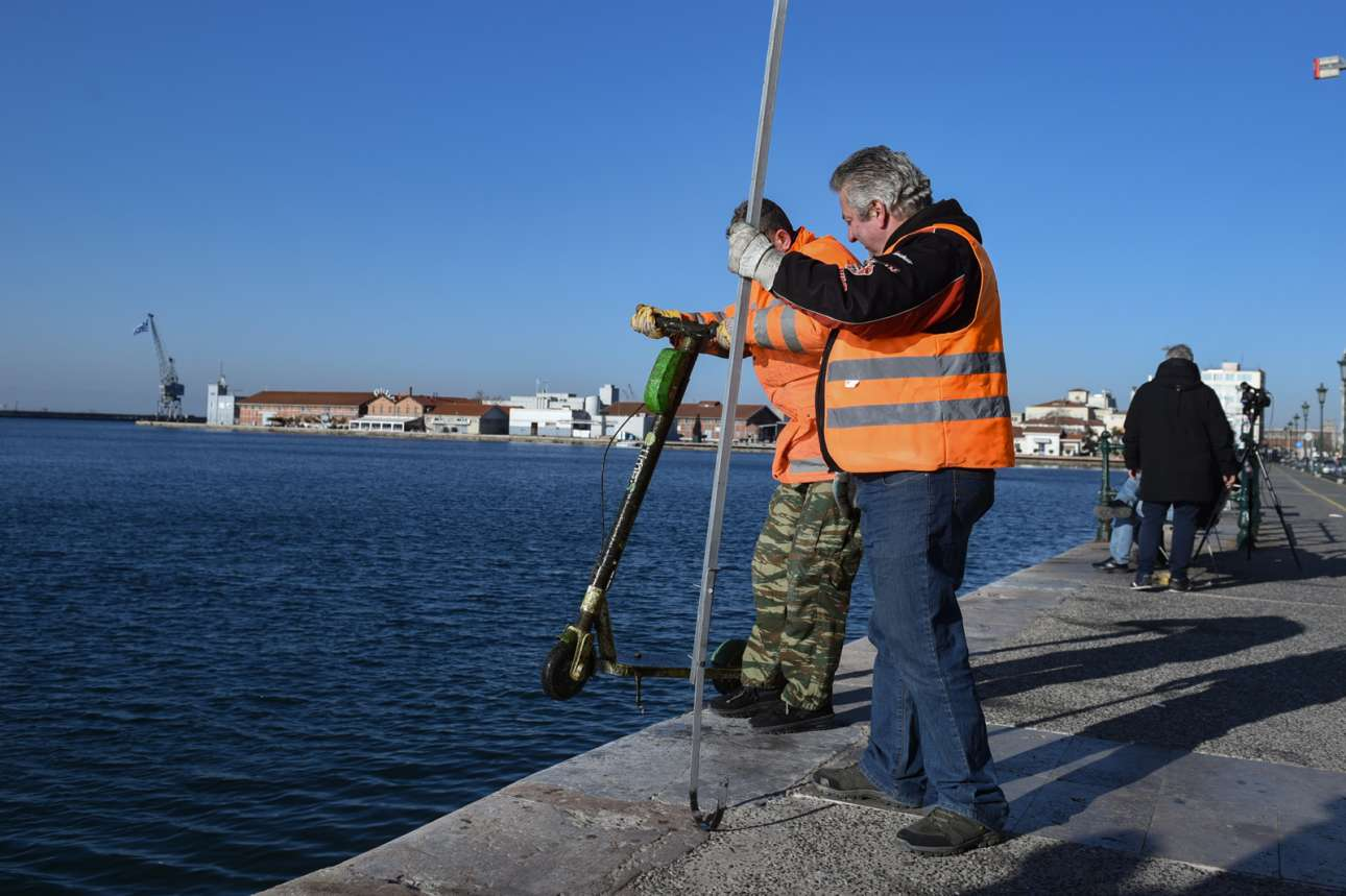Συνεργεία του Δήμου Θεσσαλονίκης ψαρεύουν... ηλεκτρικά πατίνια στην Παλιά Παραλία, κοντά στην πλατεία Αριστοτέλους