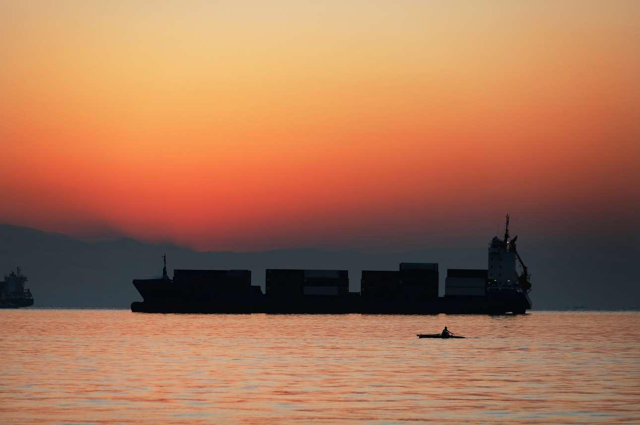 Φλέγεται, χάρη στον ήλιο που δύει, ο ουρανός, πίσω από το καράβι, προς τη μεριά του Ολύμπου και ο Θερμαϊκός χρυσίζει