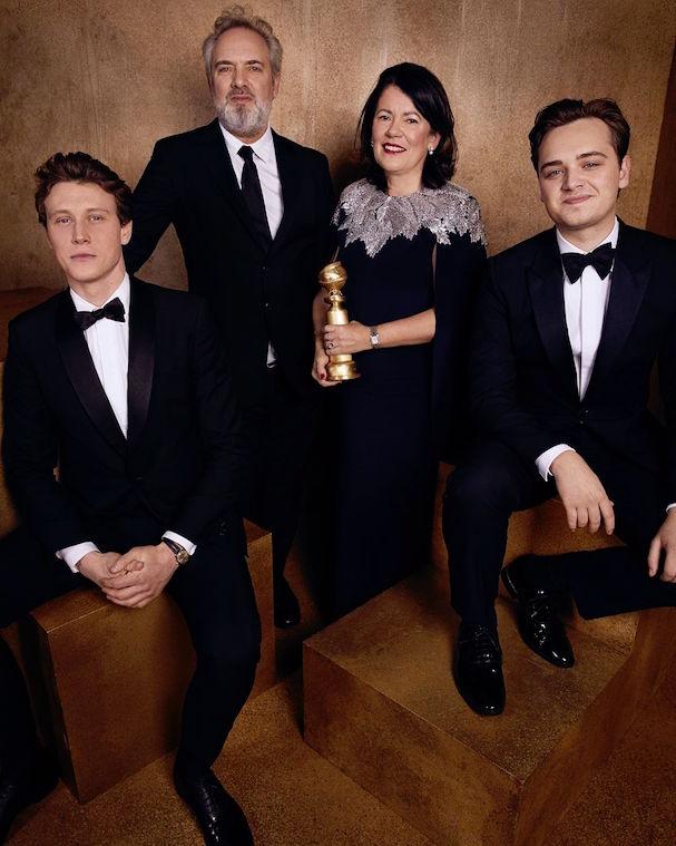 Ο Σαμ Μέντες και οι υπόλοιποι συντελεστές του «1917», με τη Χρυσή Σφαίρα για την καλύτερη ταινία στην κατηγορία του δράματος