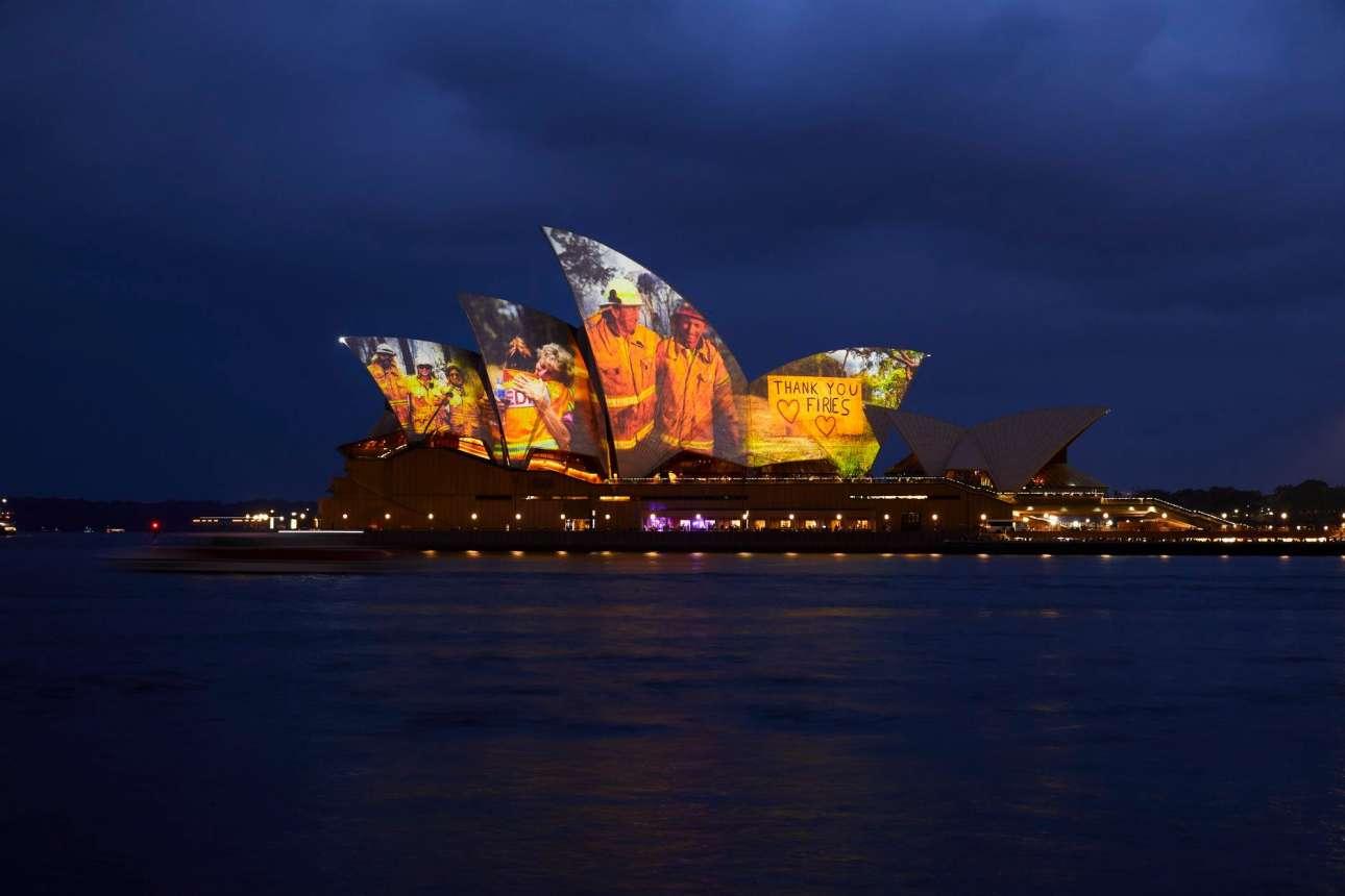 Η όπερα του Σίδνεϊ φωταγωγήθηκε καταλλήλως προς τιμήν των πυροσβεστών που έδωσαν τη μάχη της κατάσβεσης των τεραστίων πυρκαγιών