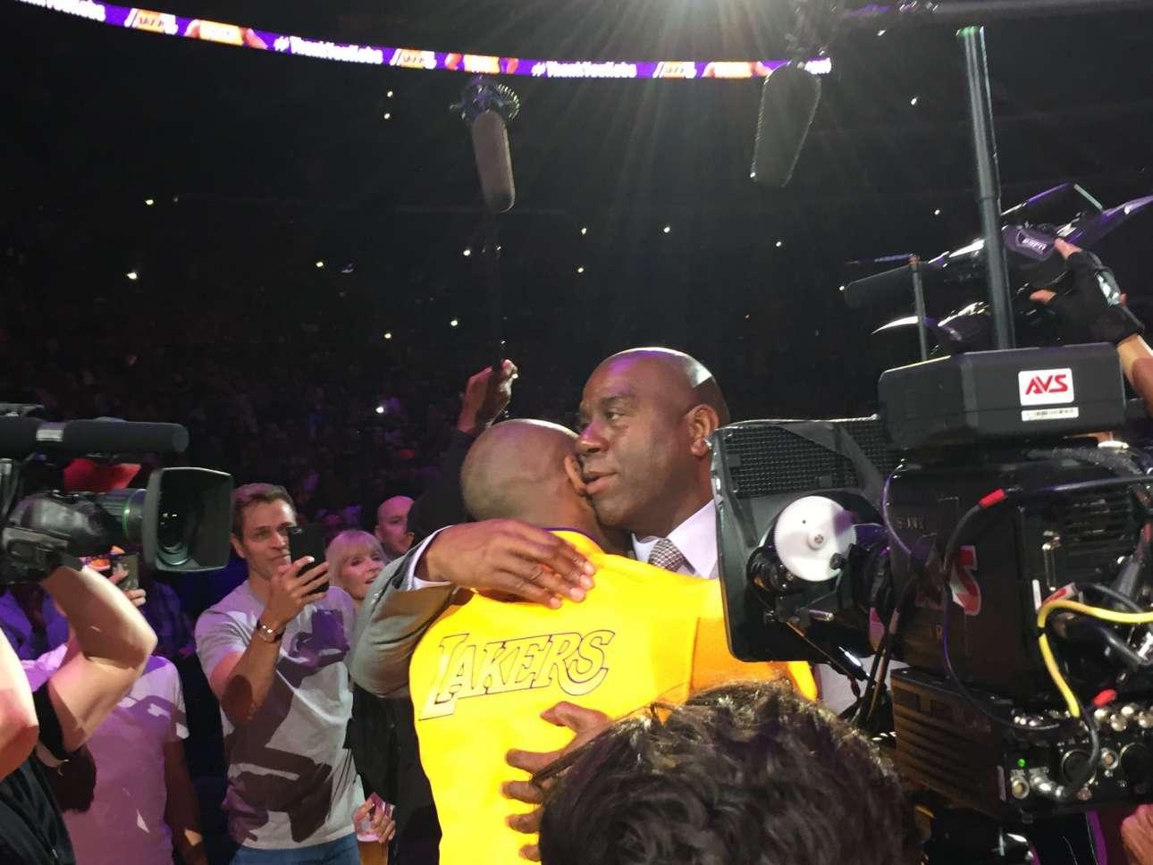 Απρίλιος 2016, Λος Αντζελες. Μια αγκαλιά από τον Μάτζικ Τζόνσον, δημιουργό του μπασκετικού showtime των Λέικερς το οποίο συνέχισε ο Κόμπι