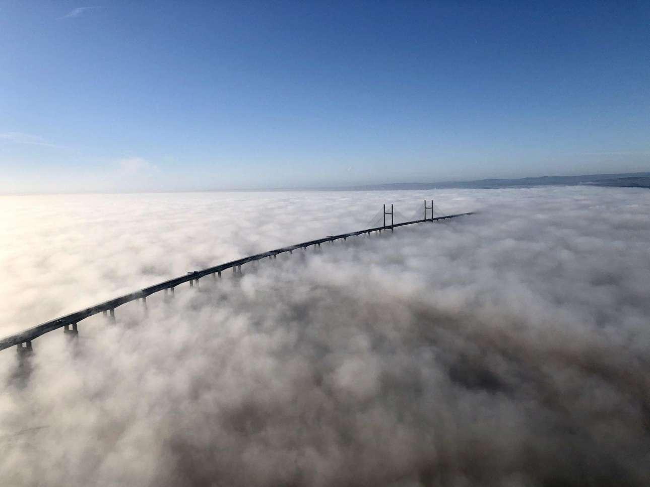 Βρετανία: η πυκνή νέφωση γύρω από τη Γέφυρα του Πρίγκιπα της Ουαλίας, στα όρια της Αγγλίας με την Ουαλία, κρύβει από κάτω της το Κανάλι του Μπρίστολ