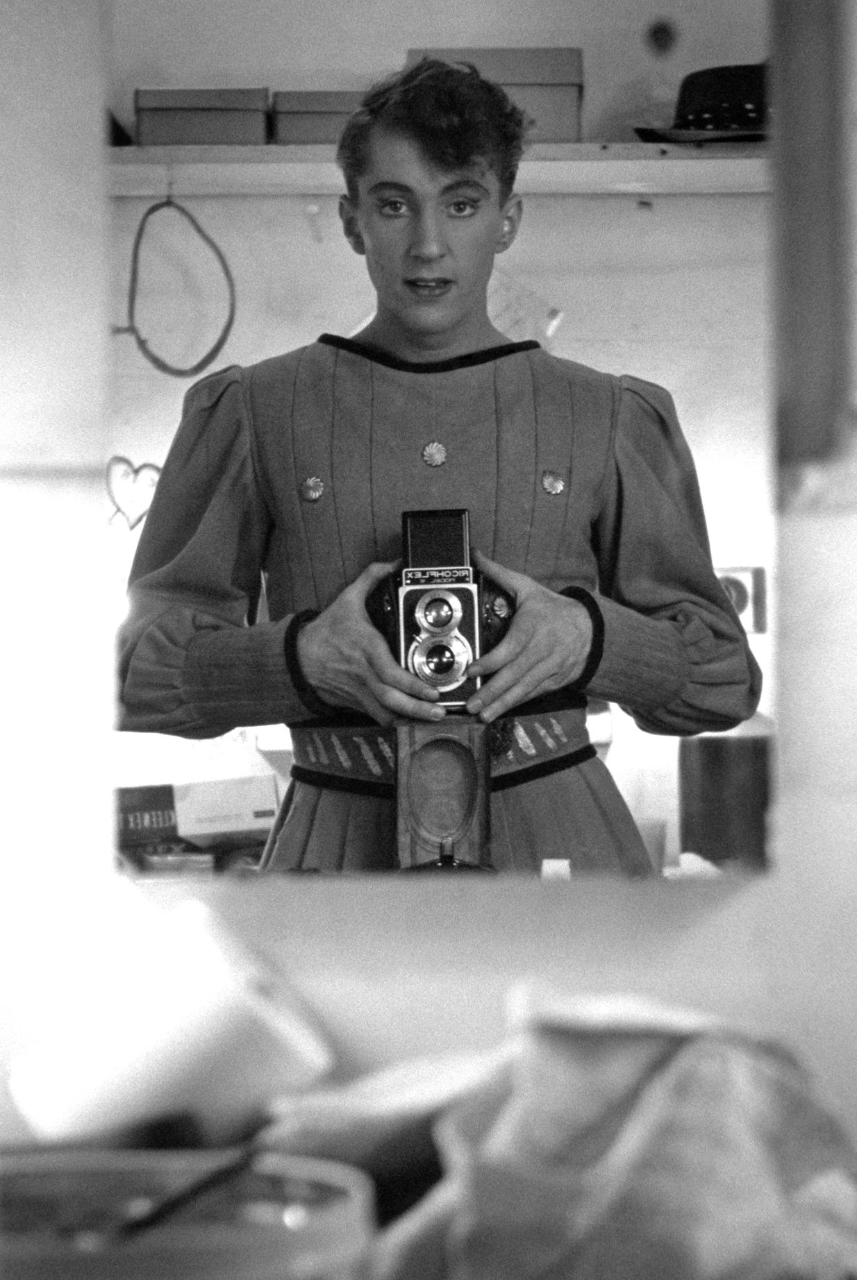 Ο Κόλιν Τζόουνς αυτοφωτογραφίζεται στα καμαρίνια του θεάτρου Εmbassy στο Σίδνεϊ, το 1958. Ηταν η πρώτη φωτογραφία που τράβηξε, με κάμερα που αγόρασε όταν τον είχε στείλει για μια εξωτερική δουλειά η Μαργκότ Φοντέιν. Εκτοτε ξεκίνησε να φωτογραφίζει τους συναδέλφους του στο Βασιλικό Μπαλέτο