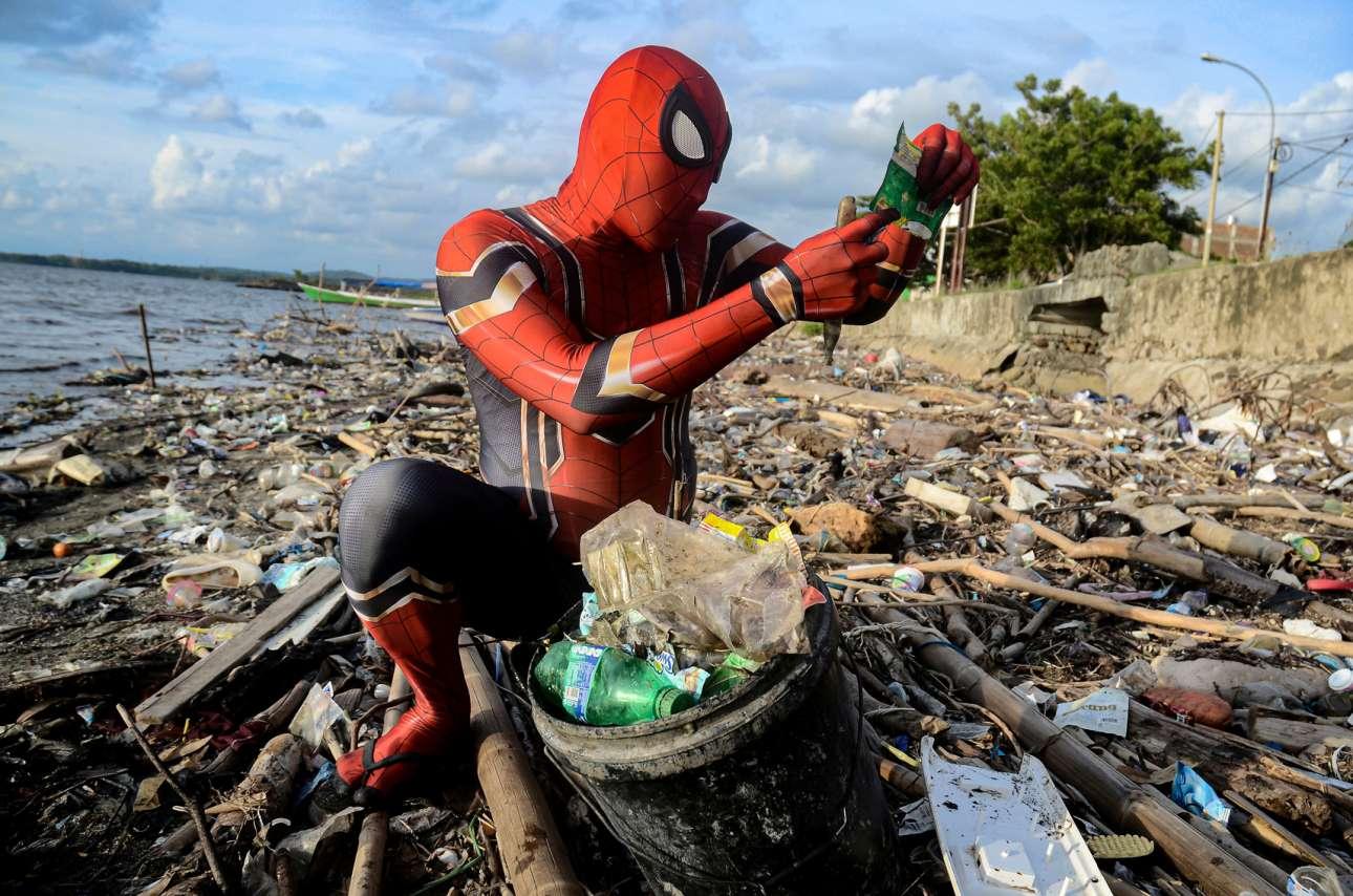 Ινδονησία: ρακοσυλλέκτης ντυμένος Spiderman μαζεύει αξιοποιήσιμα σκουπίδια από την άθλια ακτή