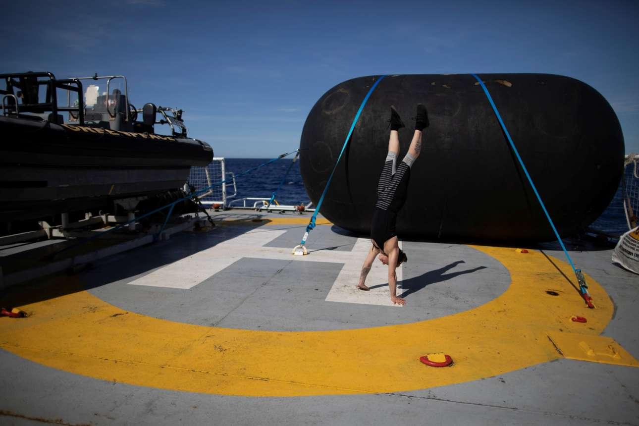 Ακτιβίστρια της Greenpeace γυμνάζεται κάνοντας κατακόρυφους πάνω στο καράβι, καθώς διασχίζουν το Drake Passage, το οποίο βρίσκεται ανάμεσα στο Κέιπ Χορν της Νότιας Αμερικής, τη Χιλή και τα νησιά Νότια Σέτλαντ στην Ανταρκτική