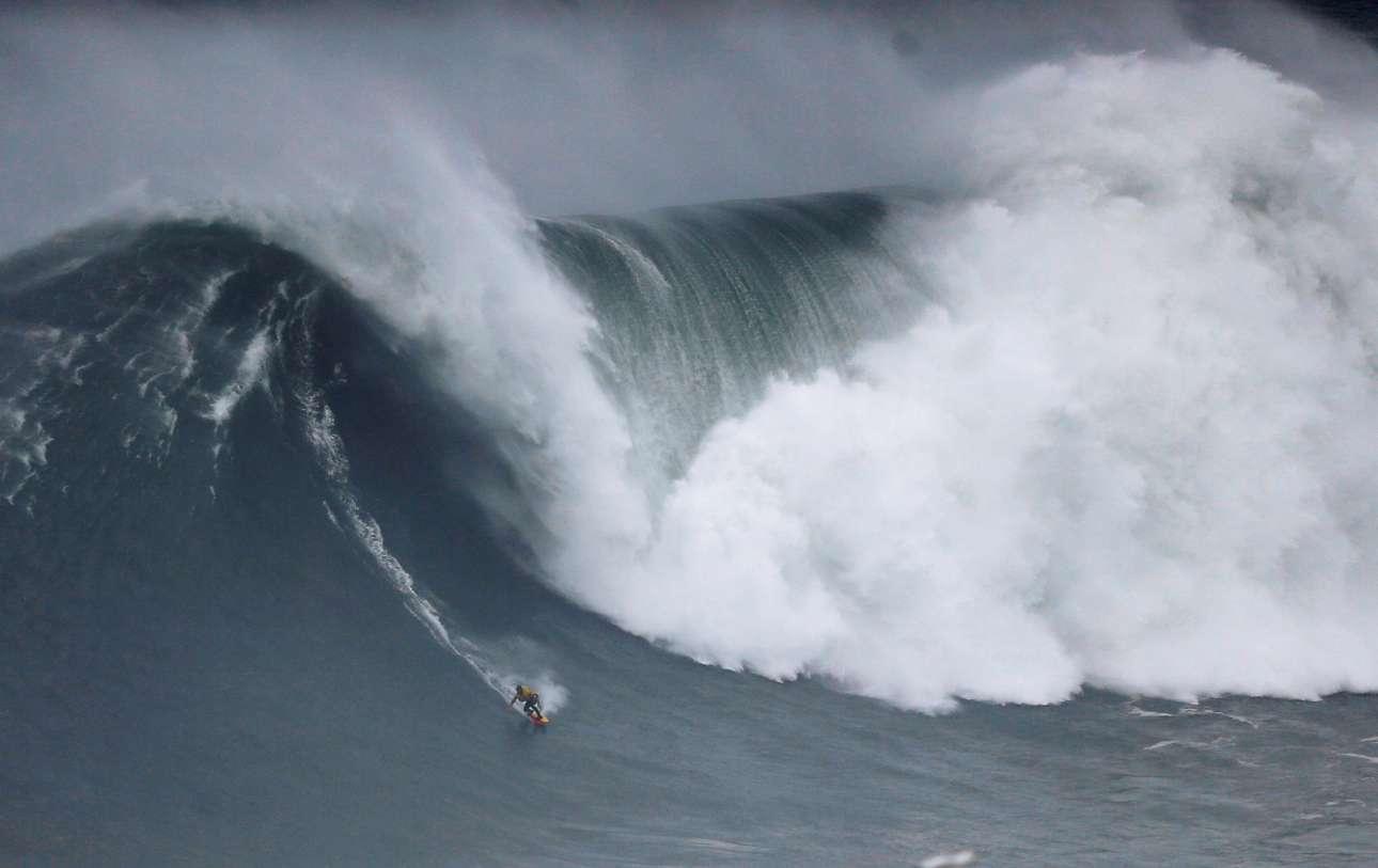 Πορτογαλία: ο ισπανός σέρφερ Αξιέρ Μουνιαΐν «κυβερνά τα κύματα» συμμετέχοντας σε έναν σχετικό διαγωνισμό στο Ναζάρ