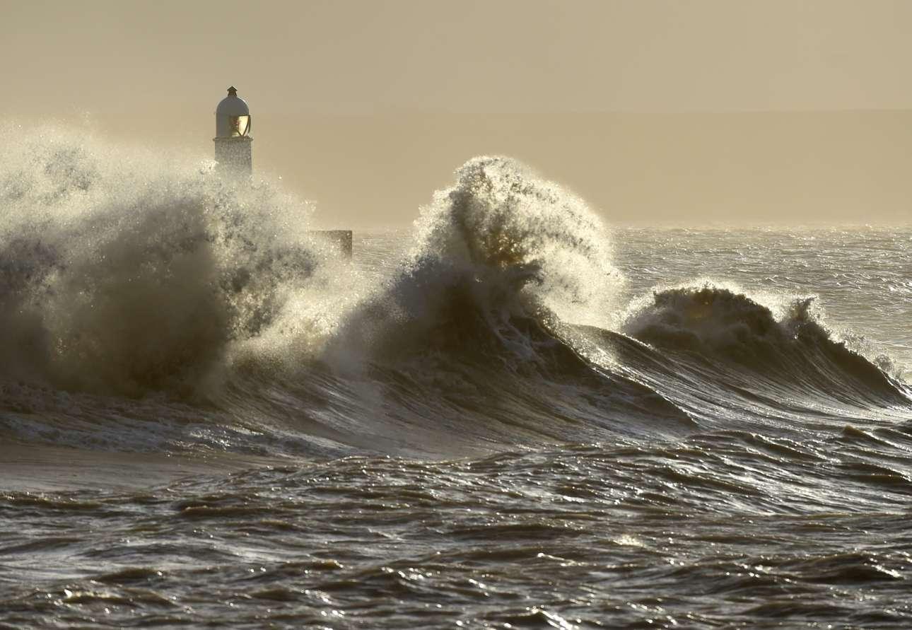 Ουαλία: κύματα δίπλα στον φάρο και θολός ορίζοντας - μία ποητική εικόνα που θα μπορούσε να γεννήσει έναν καινούργιο Ντίλαν Τόμας