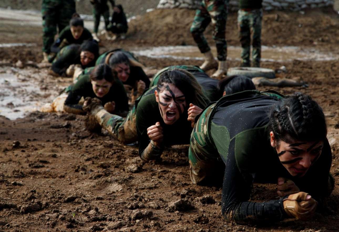 Ιράκ: Κούρδισσες των κομάντος Πεσμεργκά κλείνουν τον κύκλο της εκπαίδευσής τους με επιδείξεις δύσκολων ασκήσεων ειδικών δυνάμεων