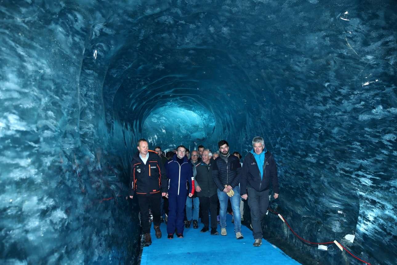 Αλπεις: ο Εμανουέλ Μακρόν και οι συνοδοί του απολαμβάνουν τη μαγεία του παγετώνα Θάλασσα Πάγου στο Μον Μπλαν