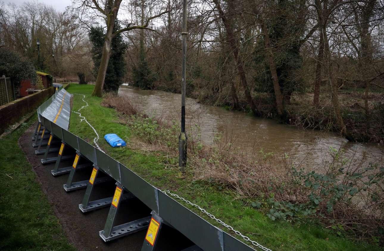 Φράγματα δεκάδων χιλιομέτρων στήθηκαν μέσα σε λίγες ώρες σε χωριά στη νότια Αγγλία, προκειμένου να αποφευχθούν οι πλημμύρες από υπερχείλιση