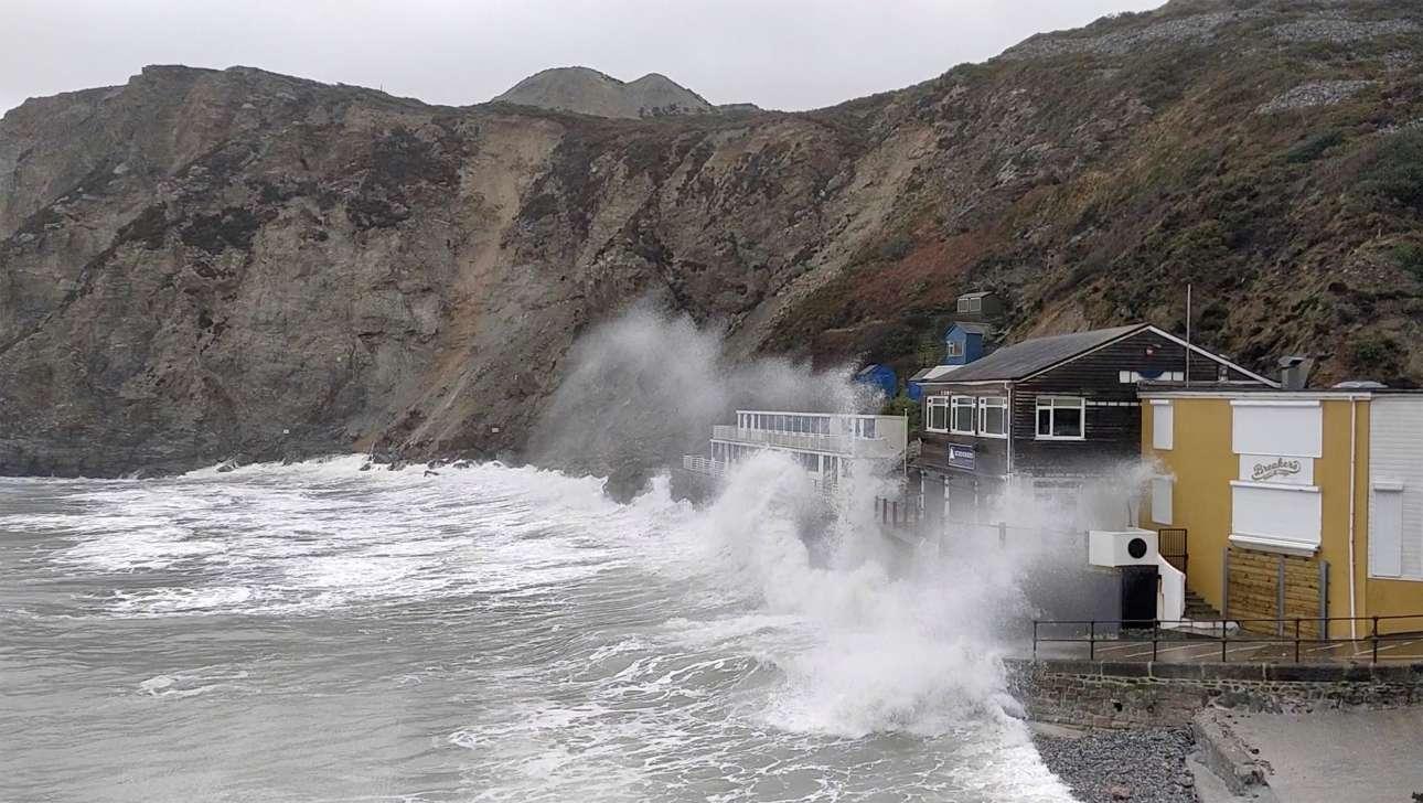 Τα κύματα σκάνε με μανία πάνω στα παραθαλάσσια σπίτια σε χωριό της Κορνουάλης