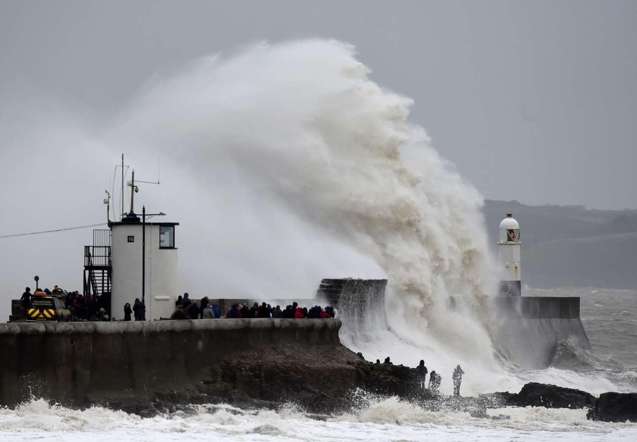 Κύματα χτυπούν τον φάρο του Πορθκόουλ στην Ουαλία