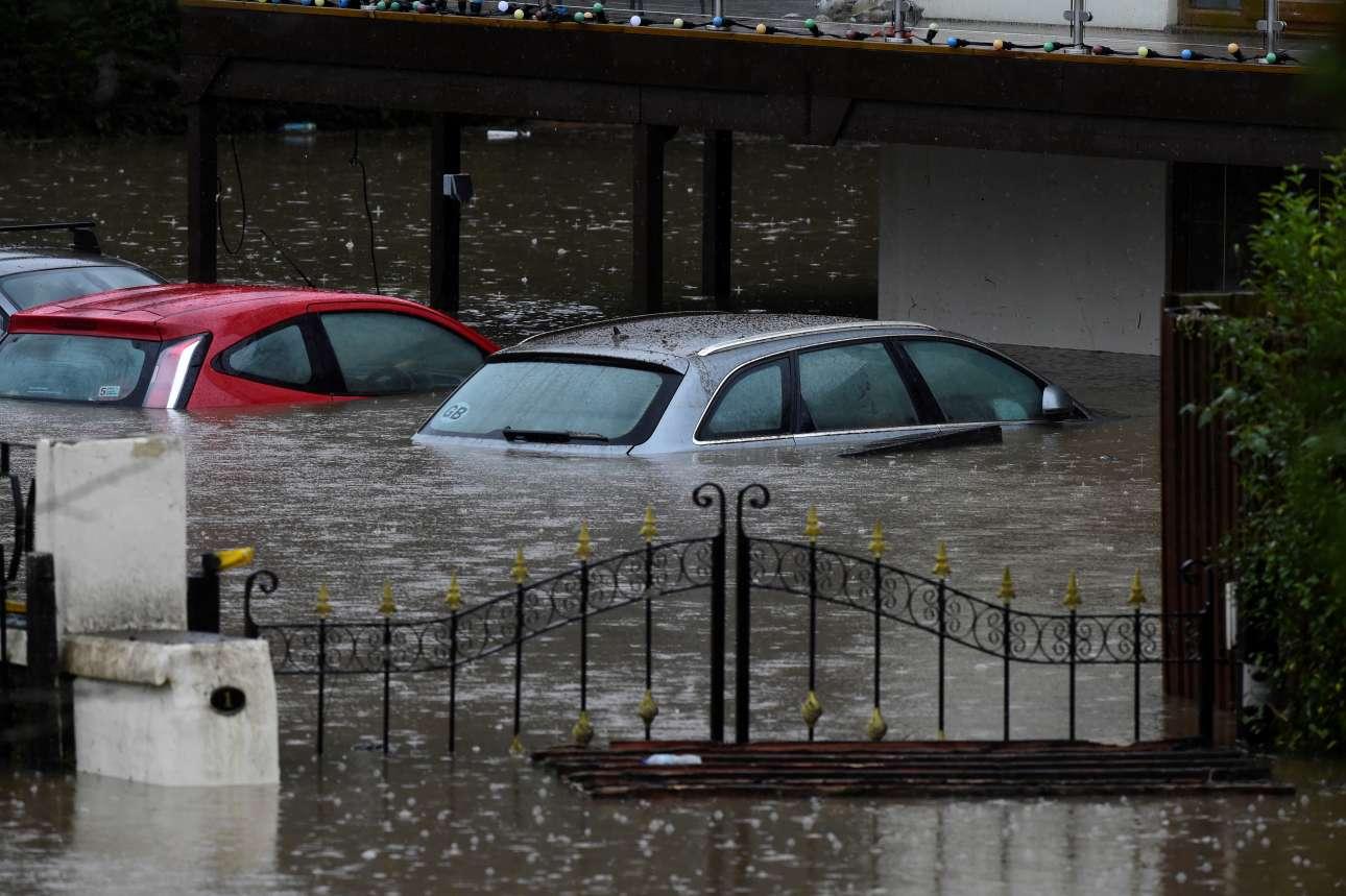 Παρκαρισμένα αυτοκίνητα βρέθηκαν «πνιγμένα» στο νερό, του οποίου η στάθμη ανέβηκε πάνω από το ένα μέτρο στο Ταφς Οουελ της Ουαλίας
