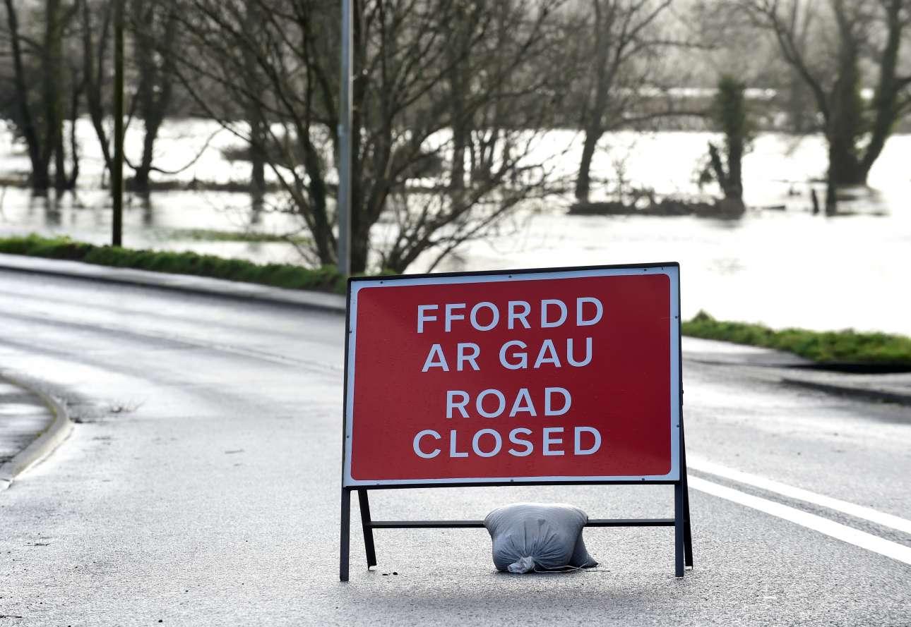 Κλειστοί δρόμοι σε βασικό οδικό δίκτυο λόγω έλευσης του «Ντένις» στη νότια Ουαλία